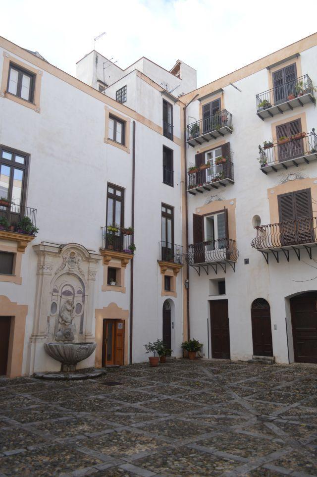 Appartamento in vendita in via lungarini 60 palermo for Appartamento centro storico palermo